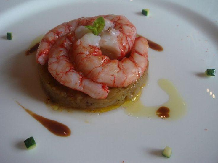 """Gamberi rossi del tirreno scottati al vapore ..adagiati su un tortino di melanzane prima tagliate sottili , spadellate con un pomodorino fresco e olio con una punta del ristretto della testa dei gamberi che si ritrova come """"segnale"""" anche sul piatto. Ottimo abbinamento, grande assemblaggio. (16,5/20) http://viaggiatoregourmet.blogspot.com/2007/04/guido-ristorante-pollenzo-bra-cn.html"""