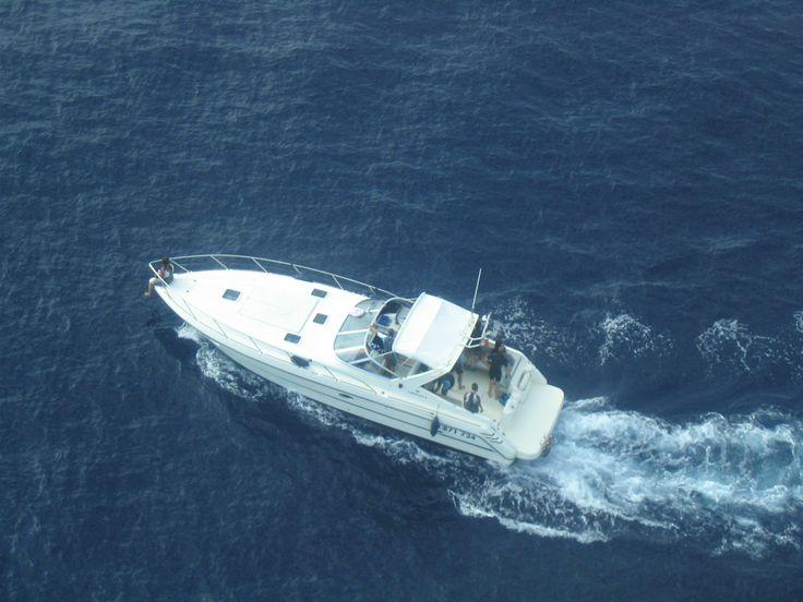 Le bateau Cala Rossa vu depuis l'avion de repérage pour nager avec les dauphins