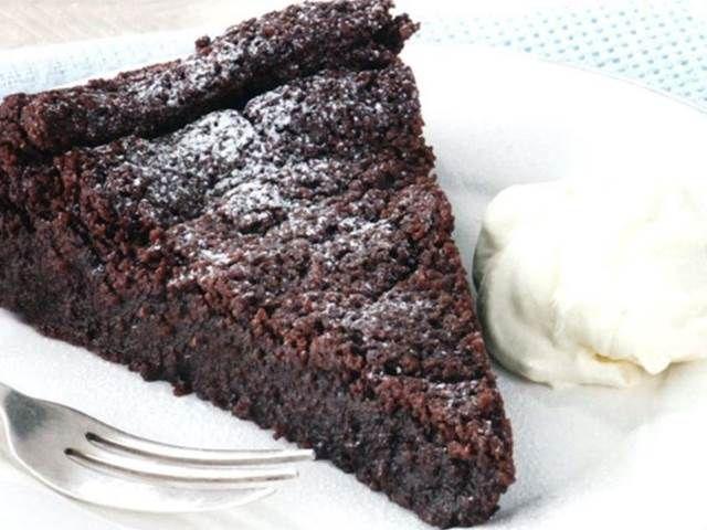Recept na lehký, nadýchaný koláč plný čokolády.