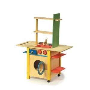Een complete houten #kinderkeuken met een #wasmachine. In een mooie gele kleur.  Aan de ene kant een keuken met 2 kookplaten, gootsteen, 3 schappen, lade en fornuisje. Aan de andere kant een mini wasmachine met reservoir voor waspoeder.  Deuren en lades kunnen open en dicht.  De knoppen van het fornuis zijn draaibaar en de wasbak is uitneembaar.  #speelgoed