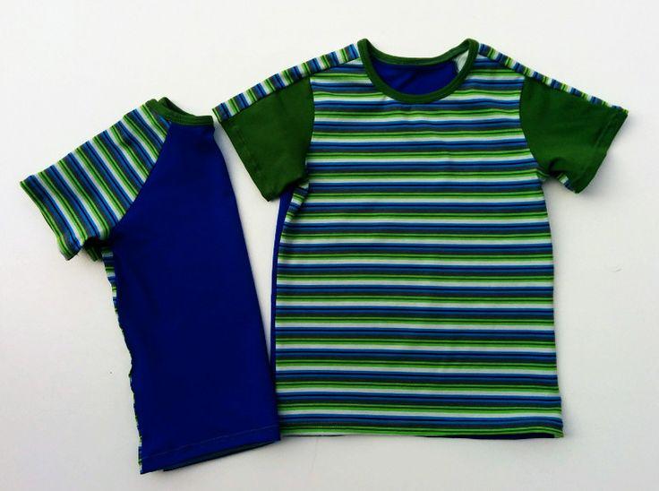 Gestreept shirt met groene mouwen, achterkant effen blauw en gestreepte mouwen.