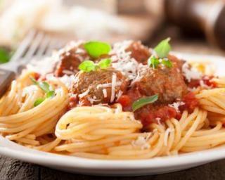 Spaghettis minceur à la tomate et boulettes de viande (avec les restes d'un rôti) : http://www.fourchette-et-bikini.fr/recettes/recettes-minceur/spaghettis-minceur-la-tomate-et-boulettes-de-viande-avec-les-restes-dun