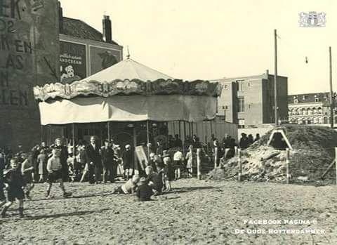 Een draaimolen bij de binnenweg met rechts een schuilkelder 1943.