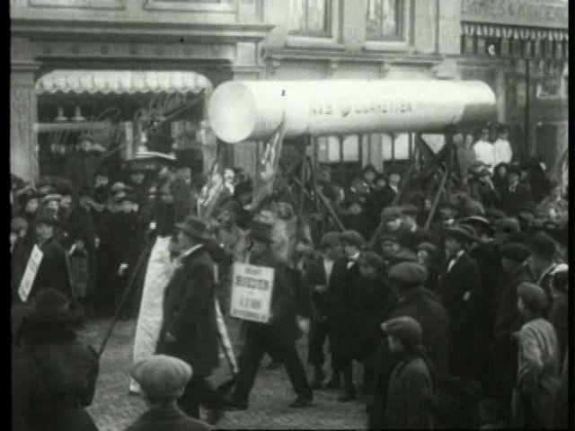 In 1917 werd op het Vredenburg de eerste Jaarbeurs gehouden. Vanaf 00:38 is kort het Janskerkhof in beeld met de optiek van P.W. Hiele en Janskerkhof 25.