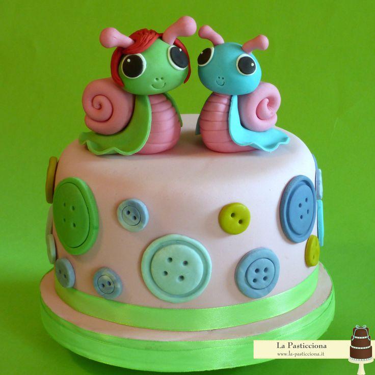 torta con per festeggiare la nonna, con l'hobby del cucito, e la nipotina