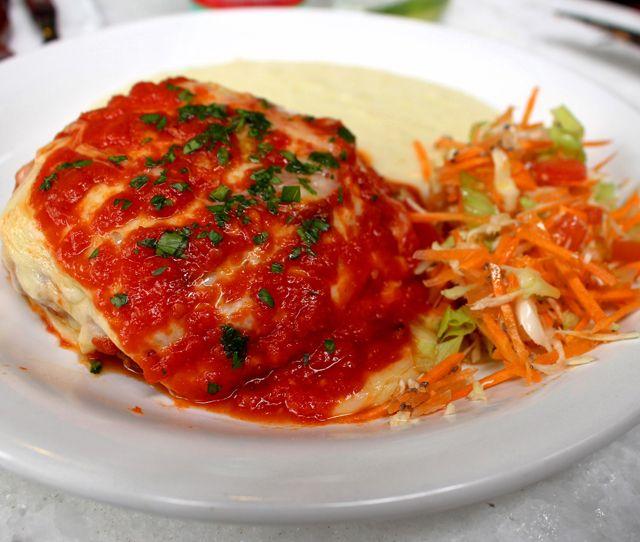 Suculento polpetone recheado com mussarela, coberto por molho de tomate e escoltado por purê de batata e salada (R$ 29)