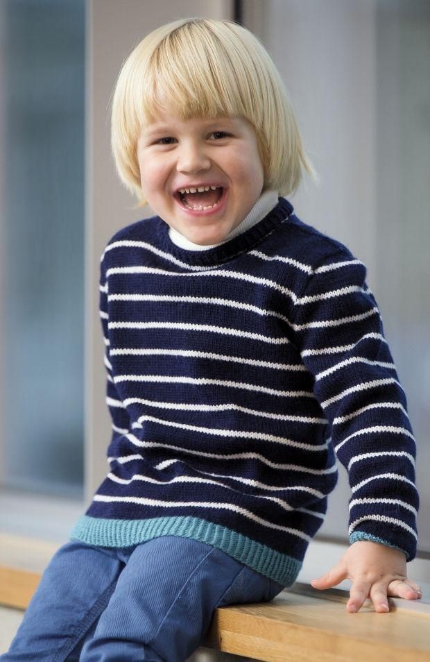 Friske sømandsstriber. Den klassiske, stribede drengebluse i tynd uld er anvendelig hele året. Den kontrastfarvede kant forneden giver blusen personlighed.