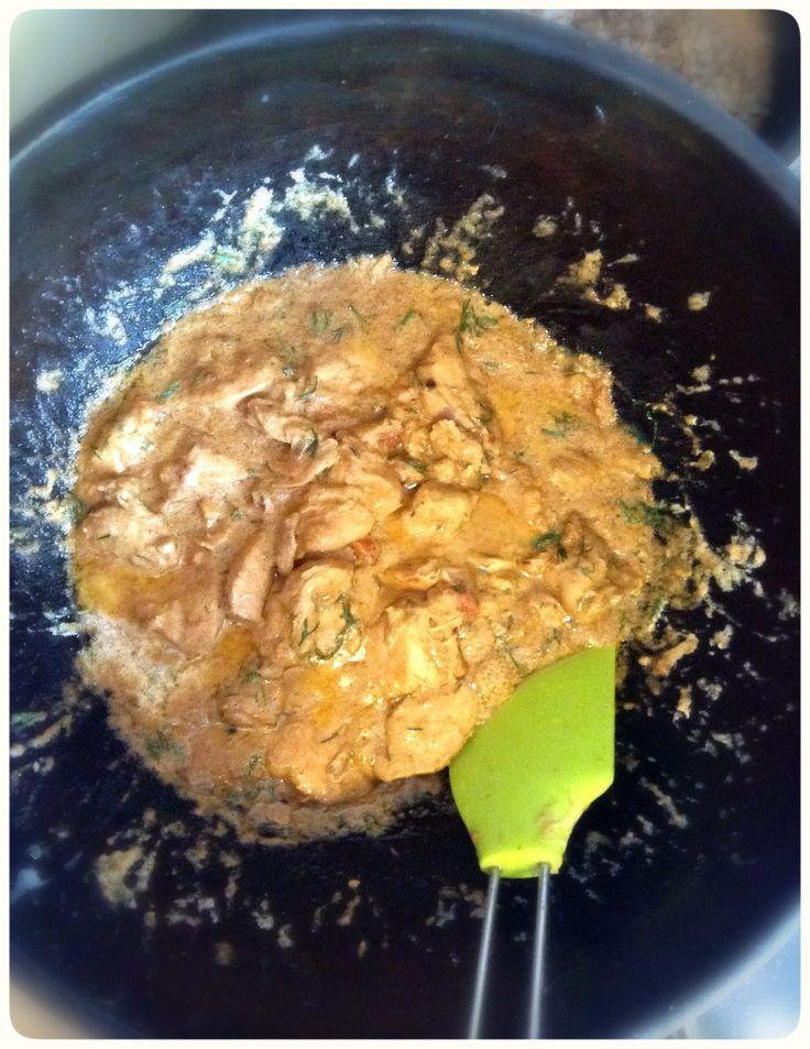 Курица в соусе (сметана, помидор,чеснок) с укропом