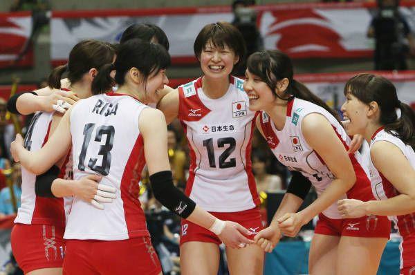バレーボール女子のロンドン五輪世界最終予選兼アジア予選最終日のセルビア戦で、得点を喜ぶ日本チーム。この試合で、3大会連続の五輪出場を決めた(東京)