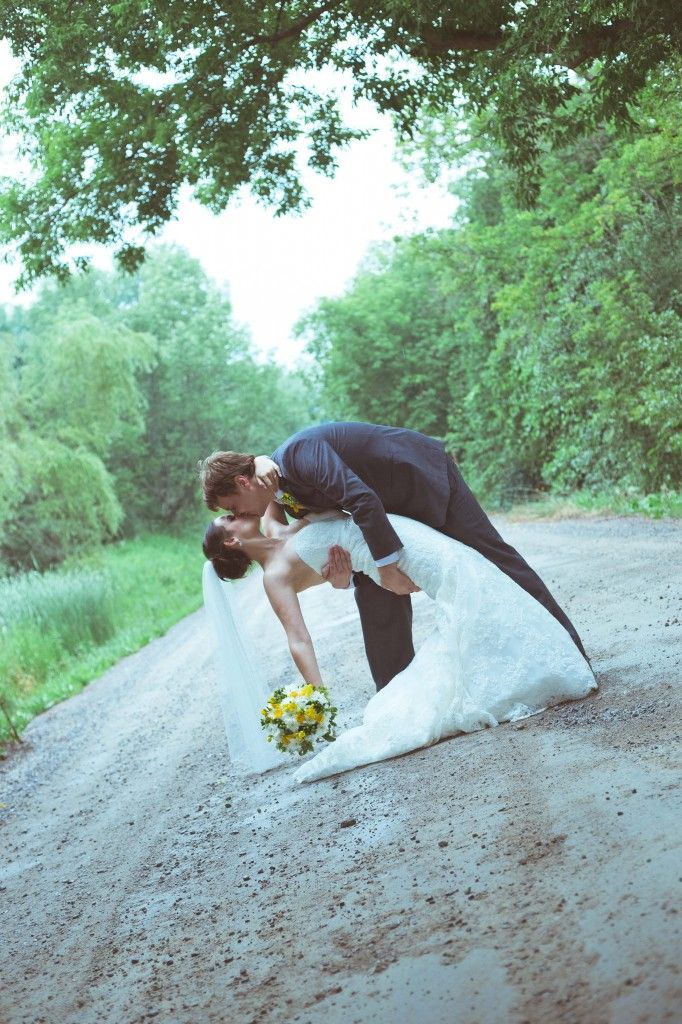 wedding photography pose- the kiss