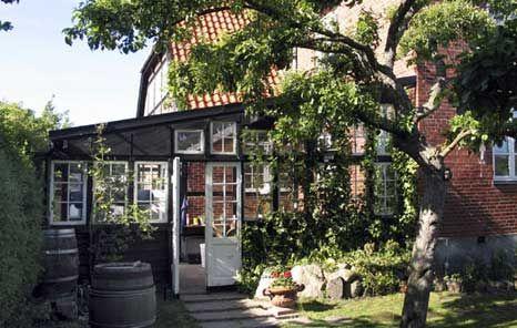 Traditionelt er vinterhaver eller orangerier forbundet med slotte og herregårde. Men flere og flere villaejere har taget ideen om et glashus til sig og forlænger udendørssæsonen med flere måneder. Signe og Søren Jensen fra Gentofte skabte deres helt egen personlige vinterhave ved hjælp af gamle vinduer og fliser.