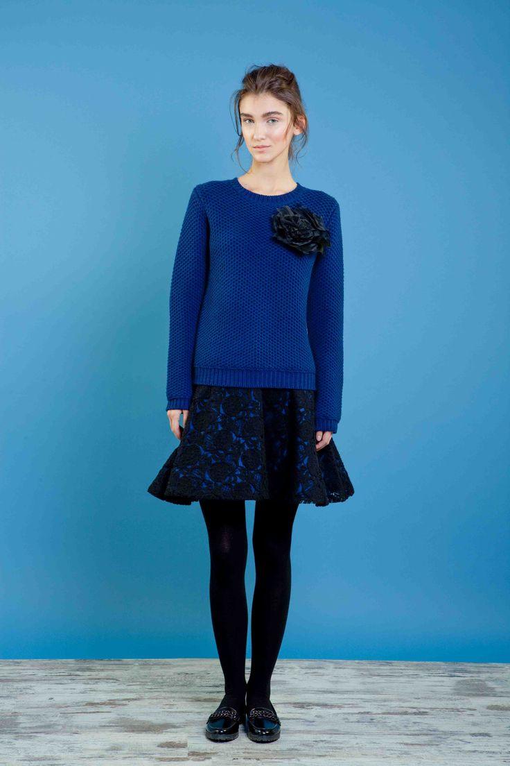 Maglia in 100% lana in costa inglese con fiore in organza applicato, gonna in pizzo di lana con fodera in contrasto. #sweater #skirt #flower #fashion