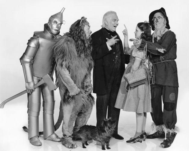 """Din culisele filmului """"Vrăjitorul din Oz"""", lansat acum 75 de ani: orgii cu pitici beţi care încercau să o agaţe pe Dorothy"""