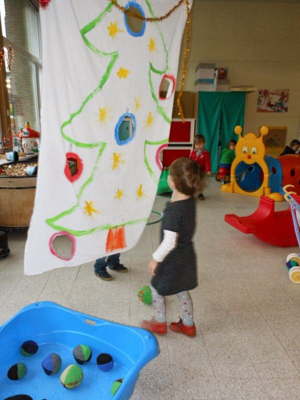 doek met kerstboom, gooien door de gaten met zachte ballen http://juffrouwsofie.blogspot.be/2013/12/kerstsfeer-in-onze-klas.html