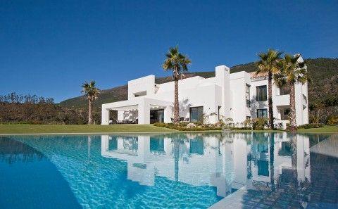 Piscina y fachada - Villa en La Zagaleta - Marbella - Bernadó