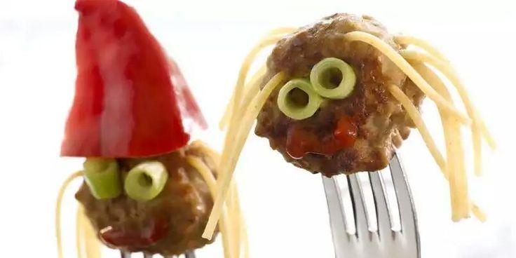 Om vi lager noe mat som ser morsomt ut, som også er litt sunt, kan det jo bli litt enklere å få barna til å spise sunt :)