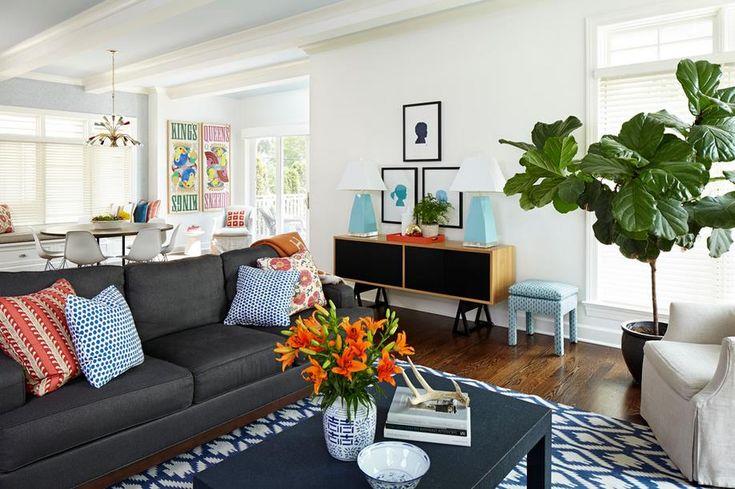 Серый диван в убранстве современной квартиры смотрится на своем месте при любых обстоятельствах