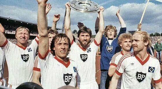 04.06.1983: Der HSV verteidigt den Titel und wird erneut Deutscher Meister. Am letzten Spiel gelingt ein 2:1 Auswärtssieg auf Schalke.
