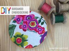 Si quieres aprender a bordar, te explicamos en este tutorial como hacer puntadas de bordado a mano fáciles y bonitas.