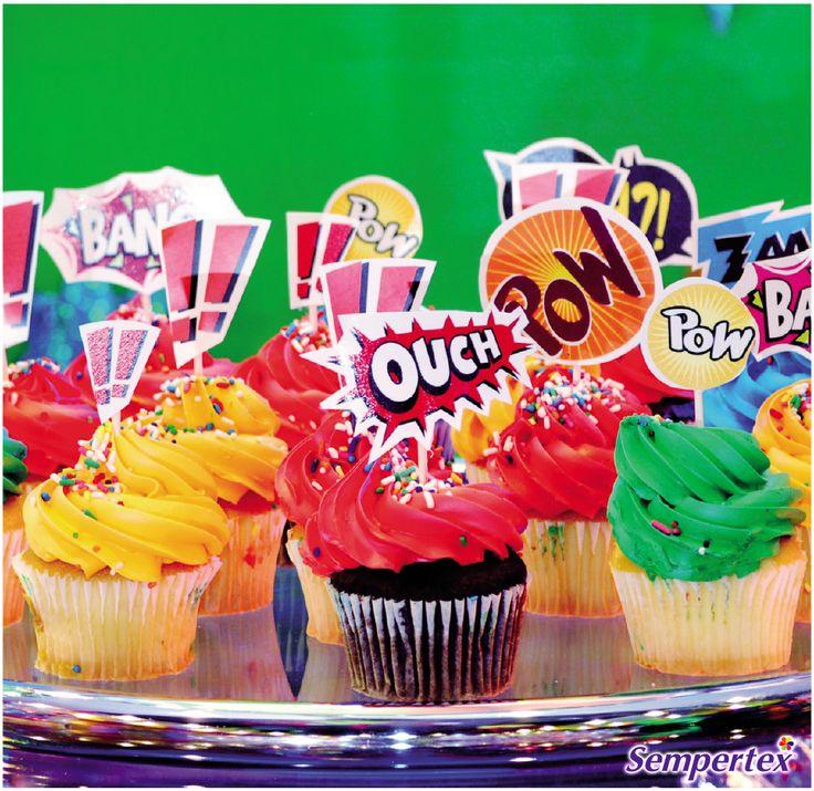 Prepara la mesa con múltiples golosinas, cupcakes, chocolates. Decora los cupcakes con etiquetas que tengan las clásicas frases de súper héroes: Pum, Doo, Yum, wow, Boom, Ka-pow. Esto ayudará a integrarlos aún más a la decoración.
