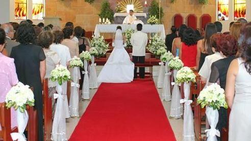 Arreglos florales para iglesia vestidos de novia for Sillas para novios en la iglesia