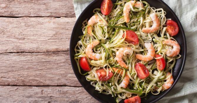 Recette de Poêlée brûle-graisse de spaghettis de courgettes, crevettes et tomates Croq'Kilos. Facile et rapide à réaliser, goûteuse et diététique.