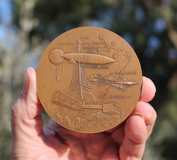 Uma das diversas medalhas criadas em sua homenagem
