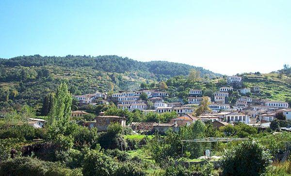 Şirince: Ege'de bir Rum köyü; İzmir'in Efes harabeleriyle ünlü Selçuk ilçesinin 8 km. doğusunda üzüm bağlari, şeftali bahçeleri ve zeytinliklerle çevrili tarihi bir Rum koyu Şirince. Burada yapılan Şirince evleri de 19. yuzyıl Anadolu mimarisini yansıtıyor.