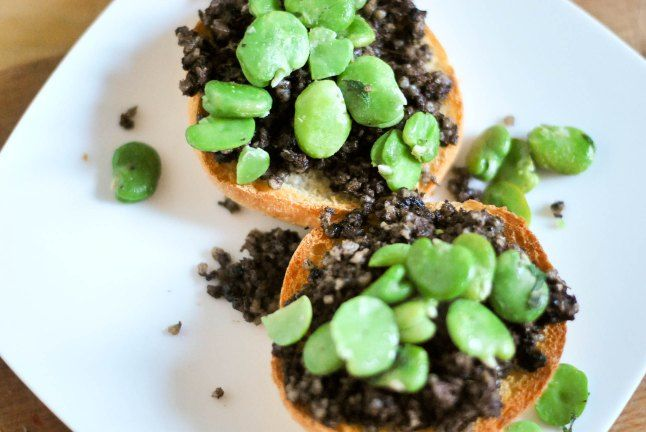 Toasts with black pudding, fava beans and mint