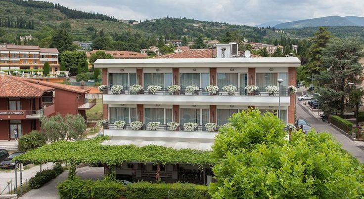 Hotel Benaco Garda Garda Set in the centre of Garda, Hotel Benaco is just a 1-minute walk from the lake shore. It features a stylish restaurant, and classic rooms with flat-screen TV and satellite channels. Free WiFi is available.