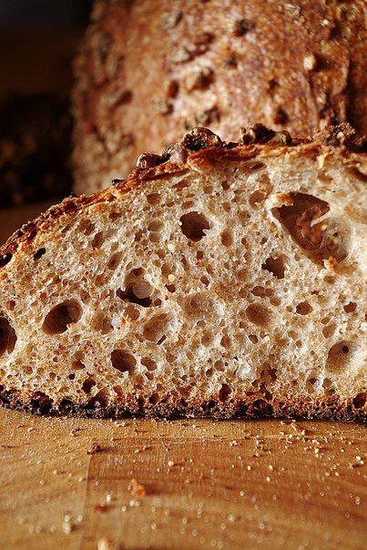 Недавно довелось попробовать совершенно прекрасный и вкусный гречневый хлеб, гречка чувствовалась, но очень мягко, ненавязчиво, а сам он был мягким и не крошащимся. А все потому, что рецепт удачный вместо муки использовалась вареная гречка. Рецепт тут же был мною записан и адаптирован под себя: я ополезнила его цельнозерновой домашней мукой, немного поменяла пропорции. Получилось здорово, удалось добиться мягкого гречневого оттенка, хорошего мякиша, румяной корки, поэтому с радостью делюсь…