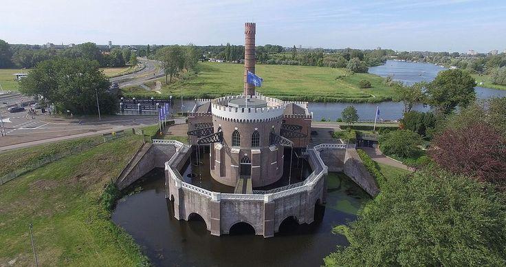 Gemaal de Cruquius uit 1849 is een van de drie gemalen waarmee de Haarlemmermeeer tussen 1849 en 1852 is drooggepompt. Het is het grootste stoomgemaal ter wereld.