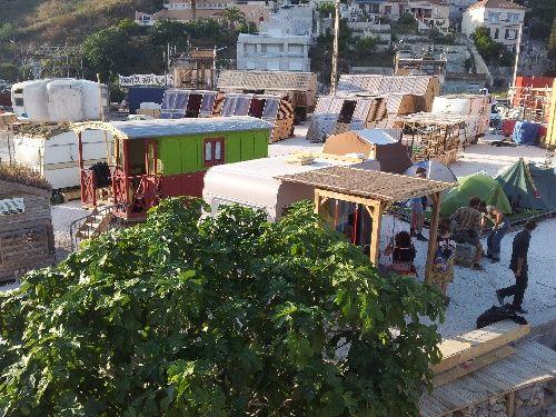 Yes We Camp - Marseille Parce qu'un camping à Marseille, il n'y en a pas beaucoup. Parce que celui-ci est super écolo (compostage sur place, recup' dans la construction, toilettes sèches, ...). Parce que les constructions sont toutes plus folles les unes que les autres. Parce que le projet à su mobiliser des artistes, des jeunes, des vieux, des gens de toutes l'Europe et du quartier de l'Estaque. Parce que a programmation est au top. Parce qu'il y fait trop bon vivre !