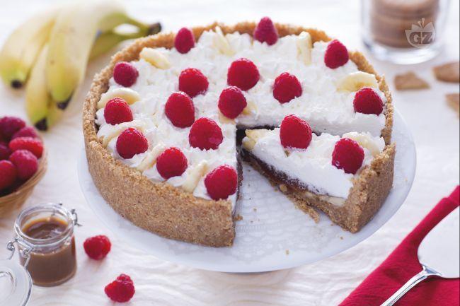 La banoffee pie è un dolce anglosassone con una base di biscotti secchi, caramello banane e panna e ne esistono tante versioni golose.