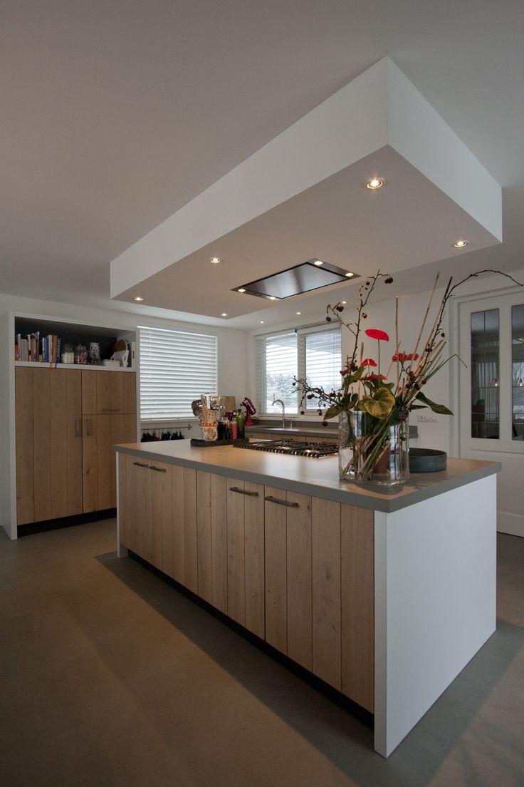Corne de Keukenspecialist heeft voor deze keuken het ontwerp en realisatie verzorgd. Licht eiken fronten met witte stollen