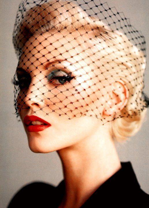 Súper classy Nadja Auermann con labios rojos y rejilla en la mirada