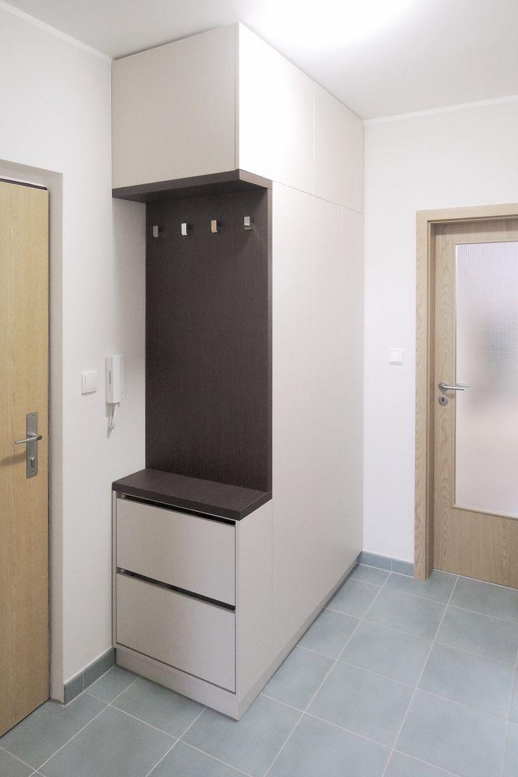 Do skříně v předsíni se vejde sušák na prádlo, žehlicí prkno i nevzhledný kotel - ProŽeny.cz