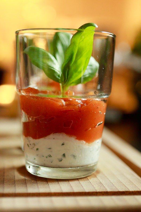 Fruchtiges, frisches Tomatengelee auf mit Knoblauch und Basilikum gewürztem Ziegenfrischkäse. Eine tolle Vorspeise für warme Tage.