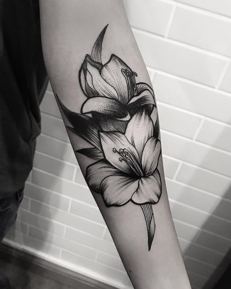 Tatuagem criada por Ricardo Garcia de Londrina. Flores em blackwork no braço.