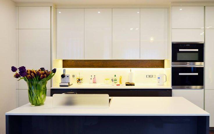 Realizace kuchyňské linky Elite.  ~ Materiál: Oboustranný sedmivrstvý lak magnolia, mocca  #hanakhomedesign #elite