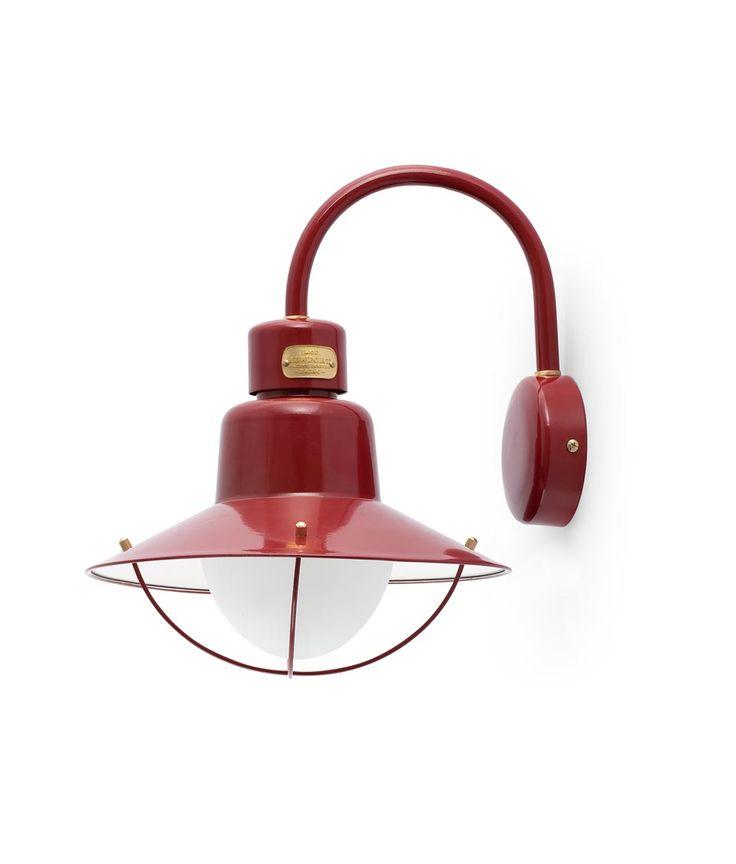 Aplique exterior burdeos NEWPORT de metal y difusor de cristal opal. Voltaje 100-240V con fuente de luz 1 x E27 60W (no incl.).