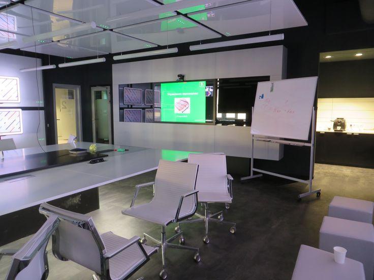 Идеальное оборудованное место для семинара. Никогда не думал, что сенсорный экран такая суперская штука - никаких мышек, тачей и пультов - с презентацией можно работать двумя пальцами или даже одним :-) Обязательно куплю себе когда-нибудь такой планшет :-)