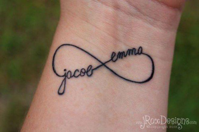 Les tatouages de flèches sont terriblement tendance. Quelle bonne idée d'y incruster les prénoms des enfants de la fratrie !