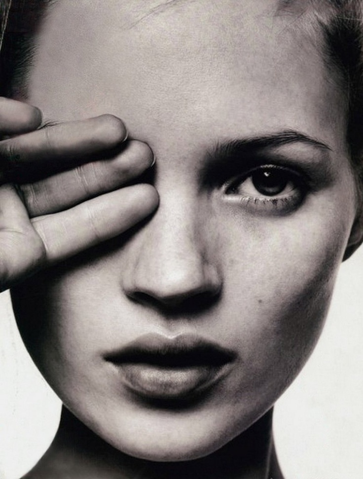 Kate Moss does one eye