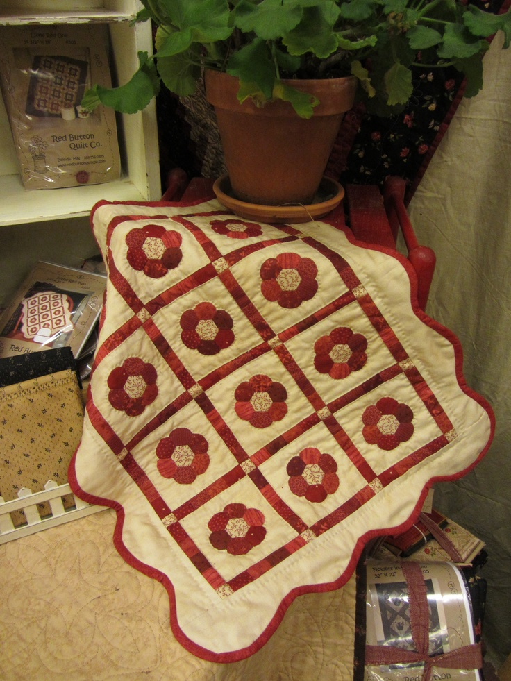 Red Button: Quilts Hexi, Beautiful Quilts, Button Flowers, Patchwork Quilts, Miniature Quilts, Fav Quilts, Olde Quilts, Hexie Quilts, Flower Quilts
