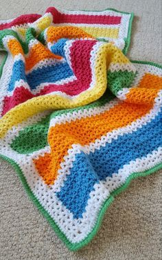 Looking for a quick and cute free pattern for a baby blanket? Try this colourful unisex v-stitch crochet blanket!
