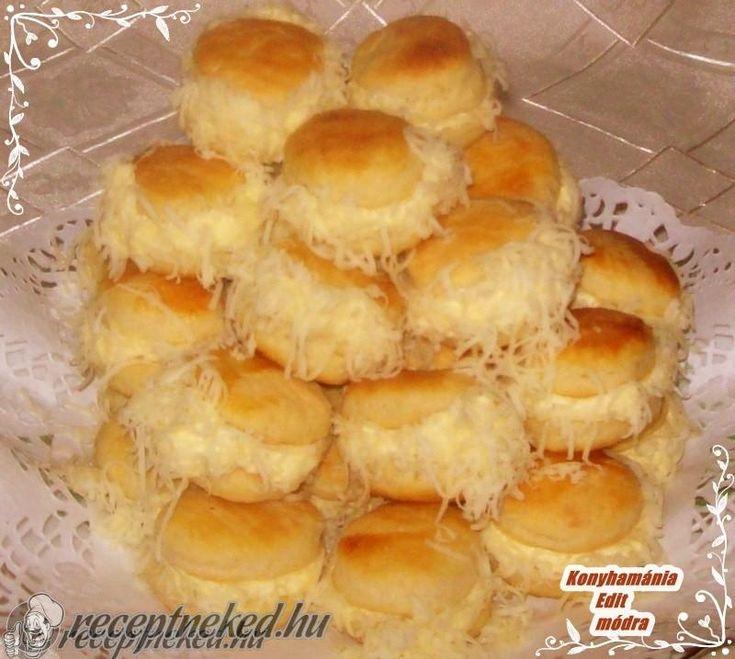 Hozzávalók: Tészta hozzávalói: 50 dkg liszt 25 dkg margarin 2 tojássárgája 3 dl tejföl 1 mk só A pogácsák lekenéséhez: 1 db tojássárgája A krém hozzávalói: