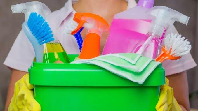 Ganz unbürokratisch ist es für euch, wenn ihr eine selbstständige Reinigungskraft bucht. Mit ihrem Stundenlohn könnt ihr zügig hochrechnen, was sie euch im Monat kosten wird.