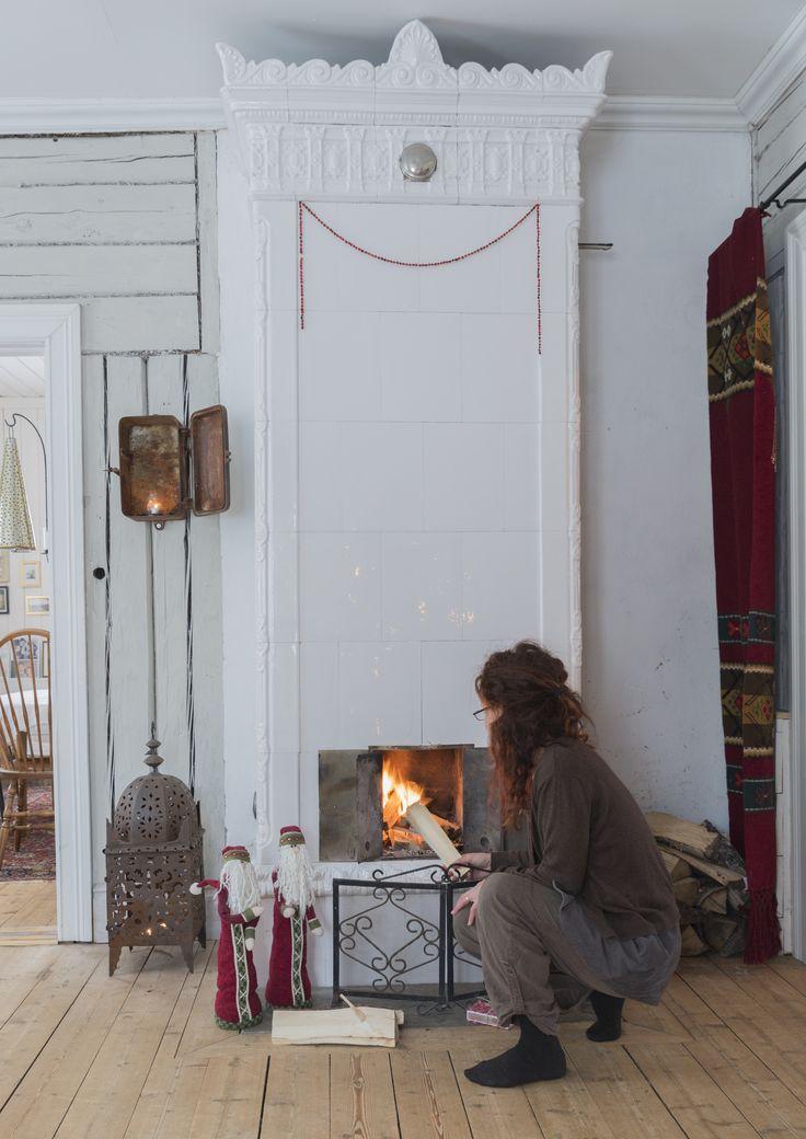 Hanna eldar flitigt salens kakelugn under vinterhalvåret. Det kan vara dragigt i gamla hus, vilket minskas med att hänga upp ylledraperi i jugendstil i dörröppningarna. På väggen en gammal elcentral som ljushållare.