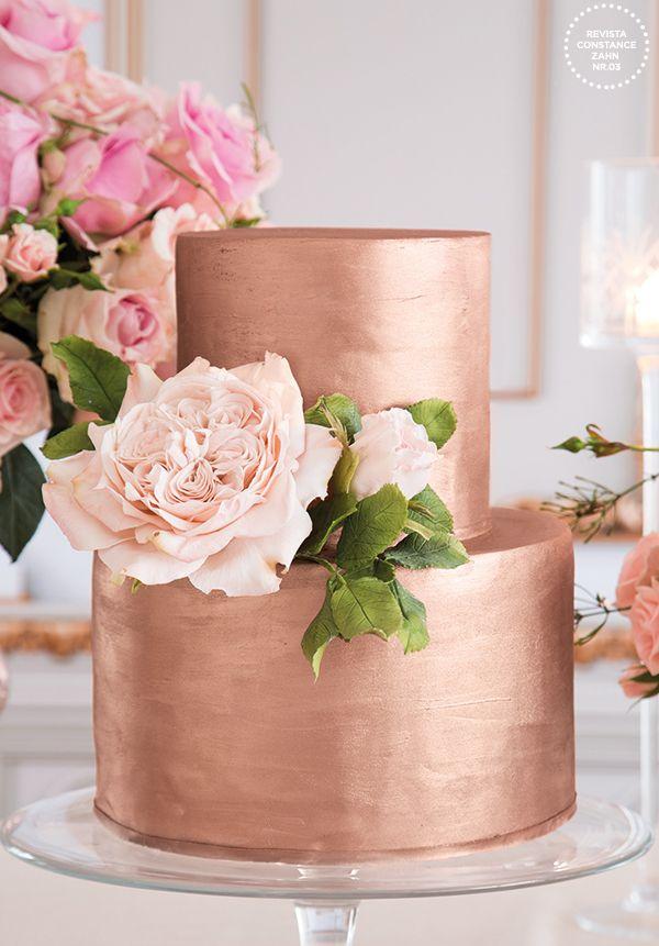 Bolo com efeito metalizado em ouro rosé enfeitado com rosa de açúcar { Bolo: The King Cake | Foto: João Coelho }